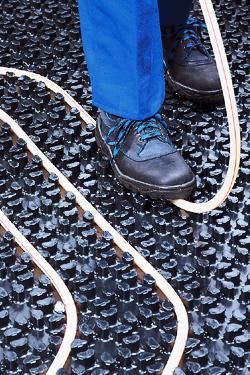 Foto zeigt den Einbau einer Fußbodenheizung