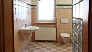 Mit rund 10 Quadratmetern zwar groß genug, aber in die Jahre gekommen: Das alte Bad im Haus von Familie Kasten entsprach technisch und optisch nicht mehr den heutigen Anforderungen.