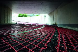 Freiflächenheizungen von AEG Haustechnik halten die steilen Auf- und Abfahren frei von Eis und Schnee und sparen Energie und Geld. Die Länge der Rampenheizung im Business Center Schwabach beträgt 28 Meter die Tiefgaragen-Zufahrt ist 5 Meter breit.