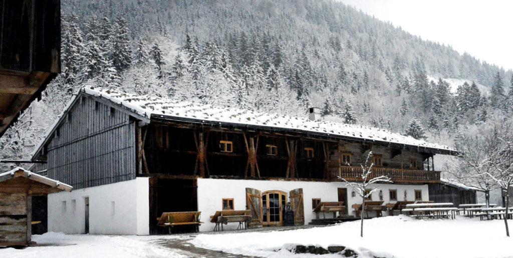"""Unter anderem für das bekannte Freilichtmuseum Markus Wasmeier plante, lieferte und verbaute PYD das System PYD-ALU FLOOR Trocken für mehrere Gebäude. Auf dem Bild der alte und revitalisierte Bau des Hofes """"Beim Wofen""""."""