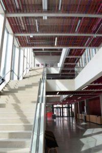 Die Bauform zeichnet sich durch Transparenz, Großzügigkeit und Offenheit aus: Ein lichtdurchfluteter Aufgang und hohe Wände aus Sichtbeton sind die neuen Markenzeichen. (Fotos: Roth Werke GmbH)