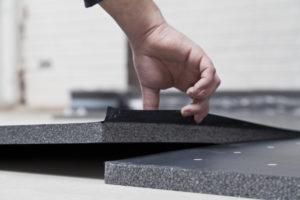 Nach der Montage des Randdämmstreifens werden die Systemverbundplatten EPS DES 25-2 verlegt. Der Dämmstoff Neopor ermöglicht aufgrund der Wärmeleitgruppe (WLG 032) reduzierte Dämmstärken kombiniert mit Trittschalldämmung.