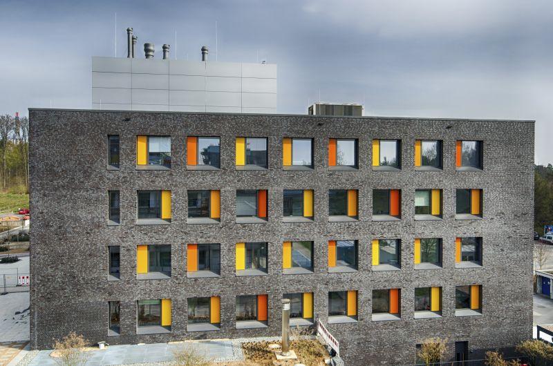 Im Jahr 2014 bezogen die Wissenschaftler der Marburger Philipps-Universität das neue Gebäude mit dem Wohlfühlklima durch Roth Baukörpertemperierung.