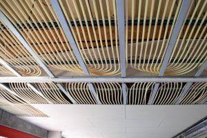 Die Kühldecken bei Roth Plastic Technology verwandeln Raumdecken in Strahlungsflächen, die Räume im Sommer angenehm kühlen. (Fotos: C + P Schlüsselfertiges Bauen GmbH & Co.)