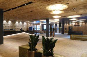 Die Hotellobby des Neubaus: Die Fußbodentemperierung für die 1000 m2 große Fläche mussten innerhalb von drei Tagen fertiggestellt werden. Während die PYD-Techniker an der einen Stelle montierten, waren die Estrichbauer schon an anderer Stelle der Lobby beim Betonieren