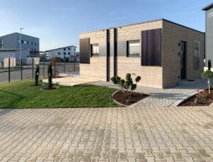 Bild 6: Dieses Tiny House von PixelHome wird mit Carbo e-Wall®-Trockenbauplatten sowie Carbo e-Now® Heizvlieselementen als Vollheizung beheizt. Die Photovoltaik Elemente sind senkrecht an der Außenfassade angebracht. (Bild: PixelHome)